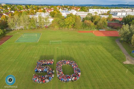 Schüler bilden die Zahl 50